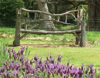 Садовая лавочка из веток
