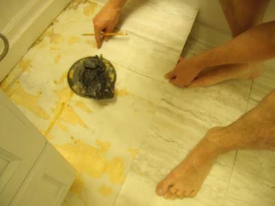 Наклеиваем виниловую плитку